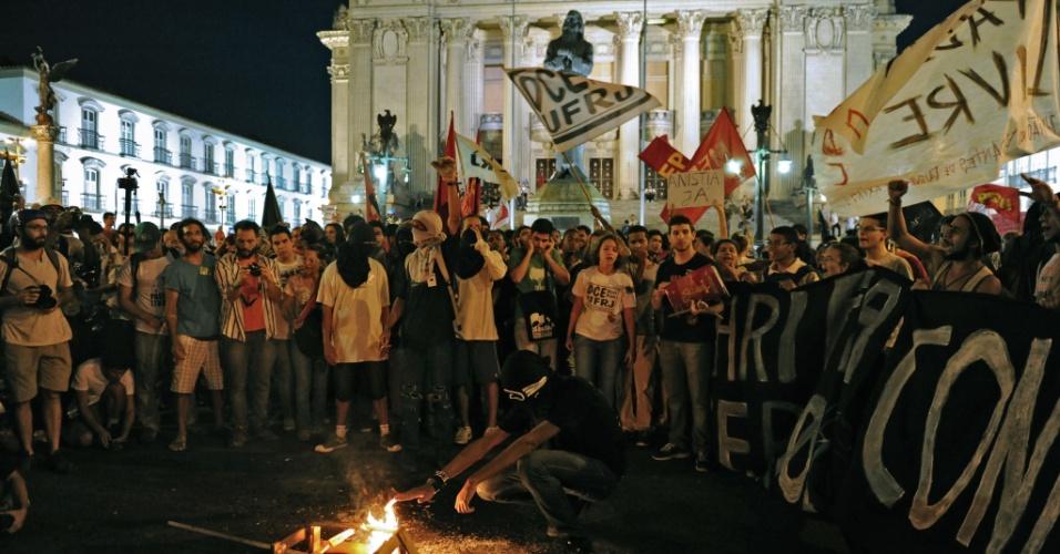 20.dez.2013 - Manifestantes participam de protesto contra o aumento na tarifa do transporte público anunciado para janeiro de 2014 pelo prefeito do Rio de Janeiro, Eduardo Paes, em frente ao Teatro Municipal do Rio de Janeiro, nesta sexta-feira (20)