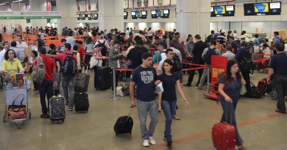 20.dez.2013 - Movimentação de passageiros é intensa no aeroporto internacional de Brasília - Presidente Juscelino Kubitschek, nesta sexta-feira (20), na saída para as festas de Natal