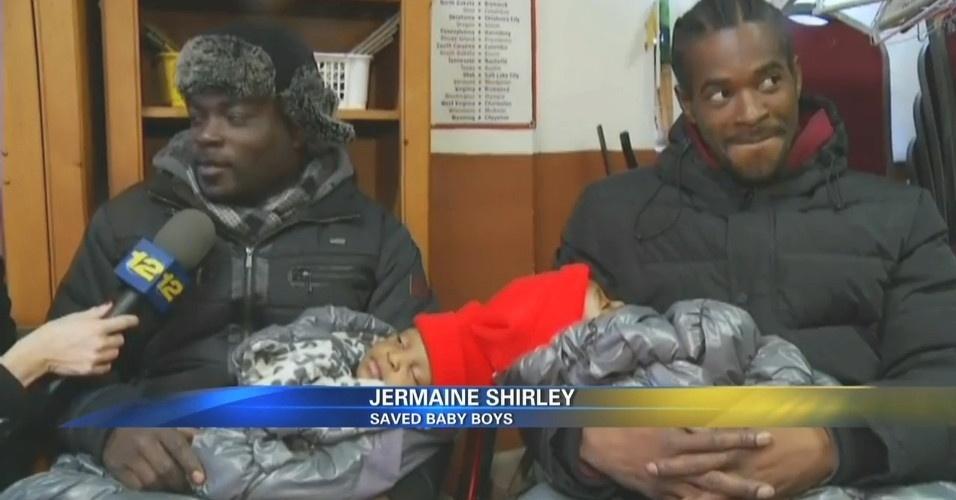 20.dez.2013 - O americano Jermaine Shirley (esquerda) salvou os irmãos gêmeos Israel e Ismael, de um incêndio no Bronx, em Nova York