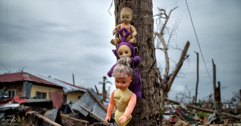 23.dez.2013 - Bonecas são colocadas em uma árvore onde foi encontrado o corpo de uma menina após o tufão Haiyan, na província de Leyte, nas Filipinas. O fenômeno natural deixou mais de 6.000 mortos e cerca de 1.800 desaparecidos no país