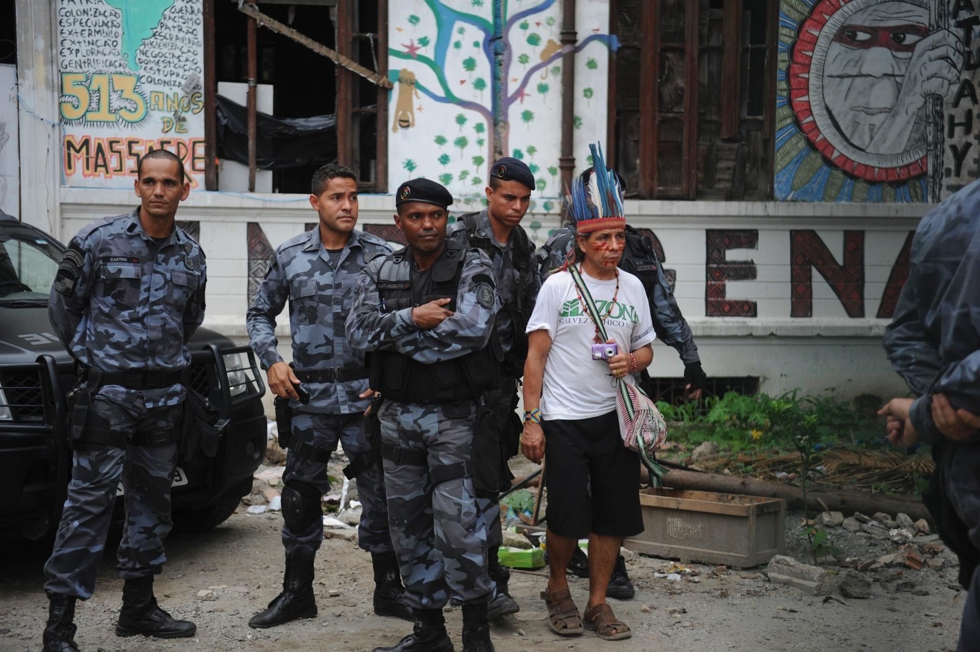 23.dez.2013 - Índios conversam com policiais durante tentativa da retomada da posse do antigo Museu do Índio, no Rio de Janeiro, de onde a comunidade indígena foi expulsa no último dia 16