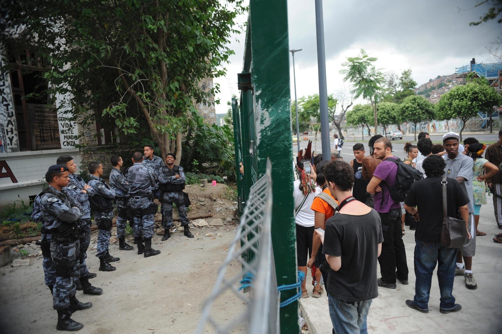 23.dez.2013 - Índios e apoiadores da causa indígena tentam retomar a posse do antigo Museu do Índio, no Rio de Janeiro, de onde foram expulsos pela Polícia Militar (PM) no último dia 16
