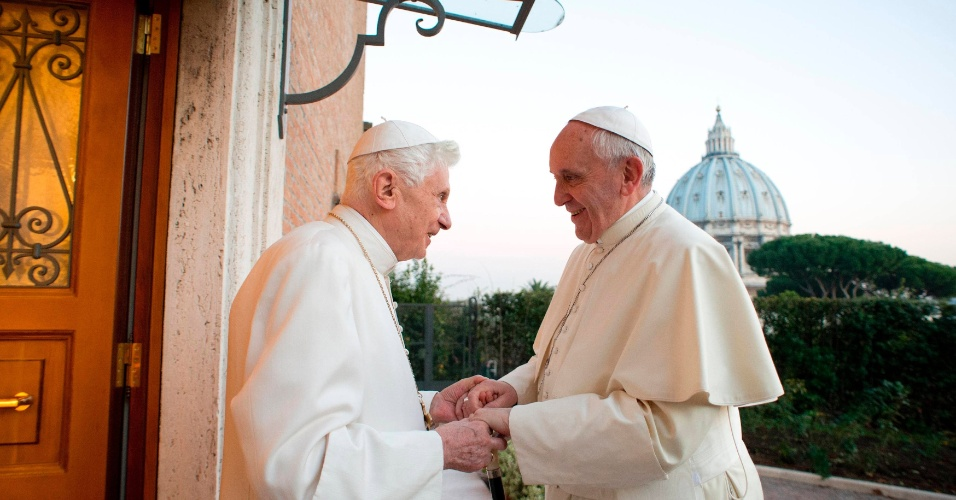23.dez.2013 - Papa Francisco (esq.) visita o papa emérito Bento 16 no mosteiro Mater Ecclesiae, no Vaticano, a dois dias do Natal Reuters