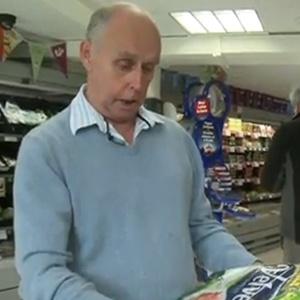 Martin Dove, que até a aliança que deu à esposa também ganhou em uma competição - BBC