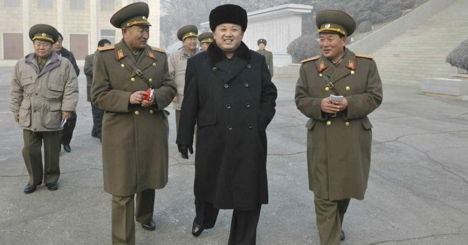 24.dez.2013 - Ditador norte-coreano Kim Jong-Un visita tropas em Nampo na terça-feira (24). O líder comunista comemorava o dia que seu pai foi nomeado comandante supremo das Forças Armadas norte-coreanas