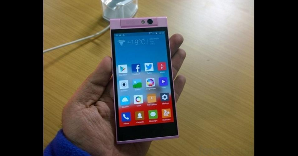 25.dez.2013 - A fabricante de eletrônicos Gionee anunciou o Elite E7 Mini, versão compacta do smartphone top de linha da marca, na Índia. O aparelho tem tela de 4,7 polegadas, processador de oito núcleos, 1 GB de RAM, 16GB de armazenamento interno, capacidade para dois chips, câmera de 13 megapixels e bateria fixa. O valor do produto é 18.999 rúpias indianas (cerca de R$ 700). Não há informações sobre disponibilidade no Brasil