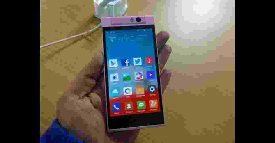 25.dez.2013 - A fabricante de eletrônicos Gionee anunciou o Elite E7 Mini, versão compacta do smartphone top de linha da marca, na Índia. O aparelho tem tela de 4,7 polegadas, processador de oito núcleos, 1 GB de RAM, 16GB de armazenamento interno, capacidade para dois chips, câmera de 13 megapixels e bateria fixa. O valor do produto é 18.999 rúpias indianas (cerca de R$ 700). Não há informações sobre disponibilidade no Brasil - Reprodução/Fone Arena