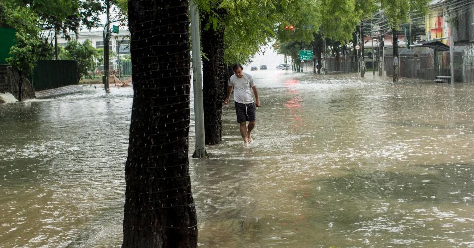 25.dez.2013 - Alagamento na avenida Pompeia, zona oeste de São Paulo, região mais afetada pelas chuvas que atingiram a capital paulista nesta quarta