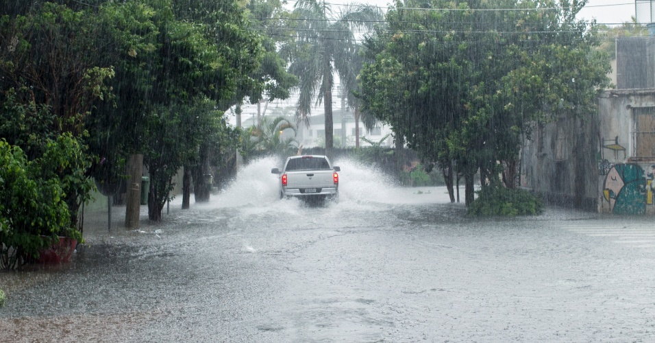 25.dez.2013 - Alagamento na Barra Funda, zona oeste de São Paulo. A chuva que atingiu a capital entre o final da tarde e o início da noite desta quarta-feira provocou vários pontos de alagamento