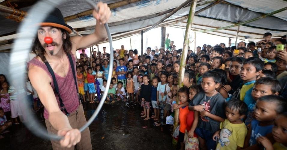 25.dez.2013 - Membro da organização Palhaços Sem Fronteiras se apresenta para crianças que sobreviveram à passagem do tufão Haiyan, em uma tenda na cidade de Tacloban, nas Filipinas