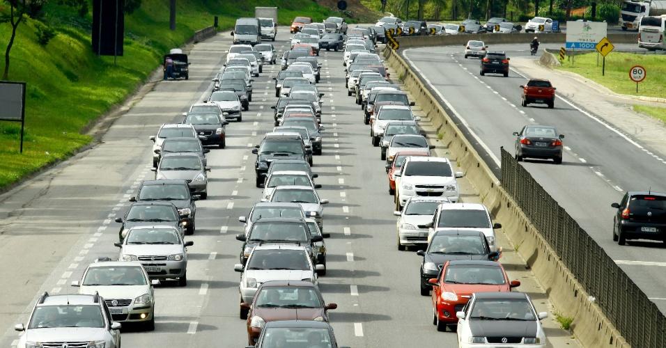 25.dez.2013 - Motoristas enfrentam trânsito na rodovia Fernão Dias, sentido São Paulo, entre os municípios de Mairiporã e Atibaia, no retorno do Natal
