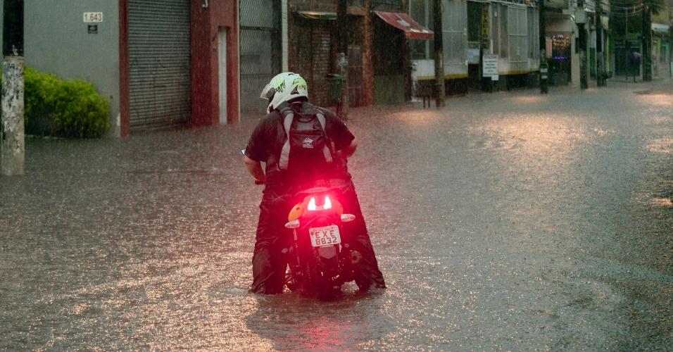 25.dez.2013 - Rua Turiassu, na Barra Funda, alagada após a chuva que atingiu São Paulo nesta quarta-feira