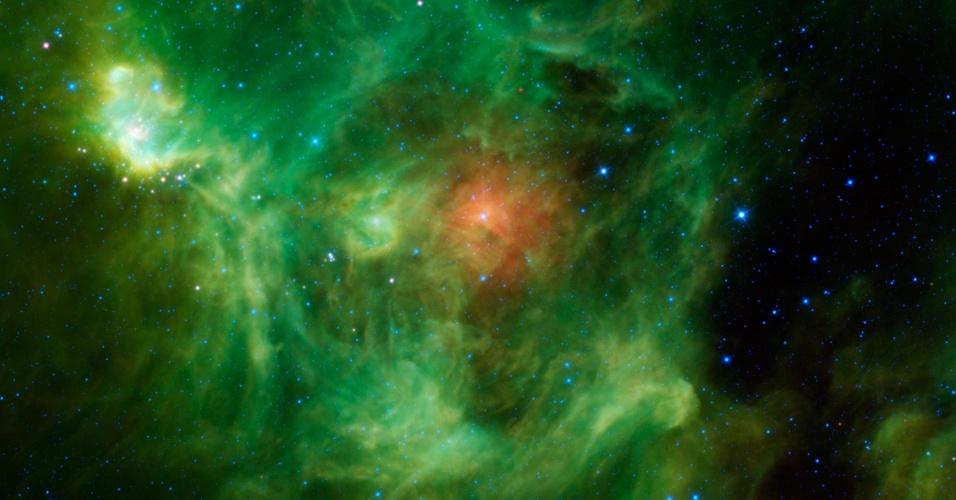 25.dez.2013 -Em homenagem ao Natal, a Nasa (Agência Espacial Norte-Americana) postou imagem da nebulosa Barnard 3, ou IRAS Ring G159.6-18.5, mas que bem podia se chamar Nebulosa Guirlanda por suas nuvens de poeira que aparecem em verde e vermelho, nesta imagem em infravermelho da missão Wise. Ela é formada por um anel verde brilhante de poeira quente com um círculo vermelho no centro, provavelmente metálico e mais frio neste berçário de estrelas