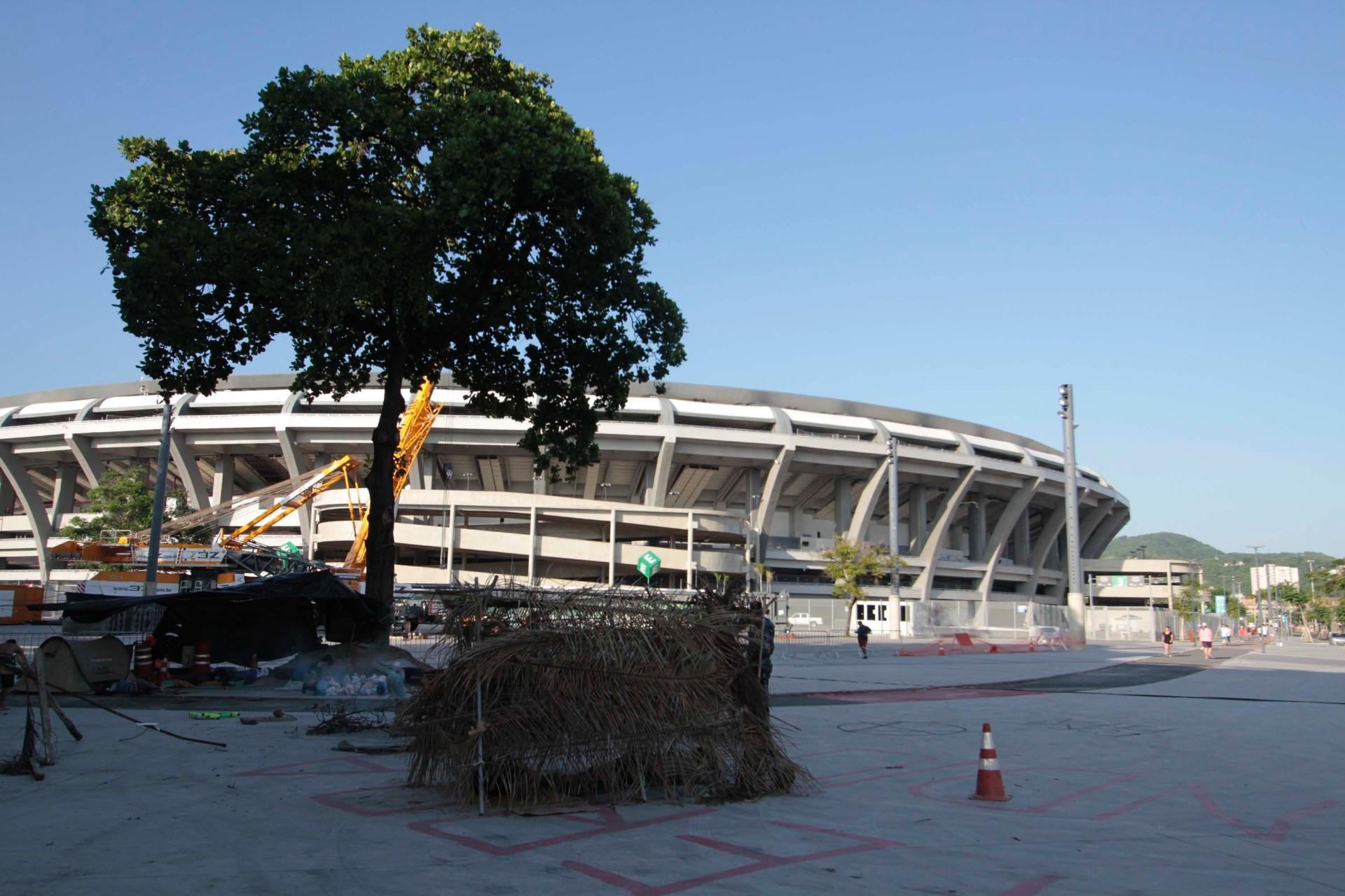 26.dez.2013 - Grupo indígena acampou e montou uma oca na frente do estádio do Maracanã para protestar por esvaziamento do antigo Museu do Índio nas proximidades