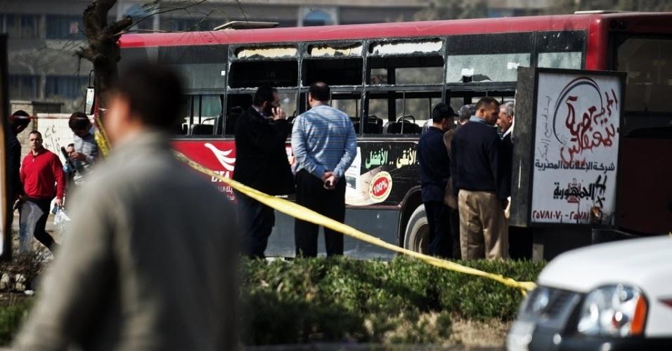 26.dez.2013 - Policiais inspecionam ônibus que foi alvo de atentado no Cairo nesta quinta-feira (26). Uma bomba feriu cinco pessoas, e outro artefato foi desativado pelas forças de segurança