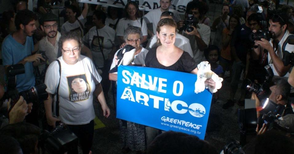 28.dez.2013 - A ativista brasileira Ana Paula Maciel, detida com mais 29 pessoas por protestar em uma plataforma de petróleo no Ártico em 18 de setembro, desembarca na cidade de Porto Alegre (RS) na manhã deste sábado (28)