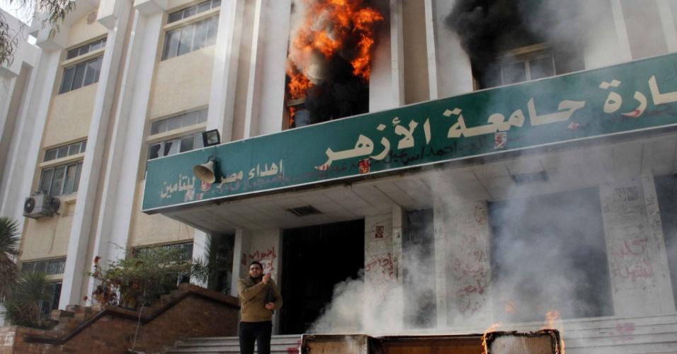 28.dez.2013 - Incêndio atinge prédio da Universidade Al-Azhar, no Cairo, após simpatizantes da Irmandade Muçulmana atearem fogo ao local em protesto contra a qualificação do grupo político como terrorista. Pelo menos quatro pessoas morreram e outras 265 foram presas na sexta (27), primeiro dia de protestos contra a medida do governo egípcio