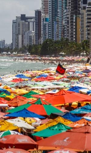29.dez.2013 - Mar de guarda-sol ocupa praia de Boa Viagem, na zona sul do Recife, em dia de calor e sol forte neste domingo (29)