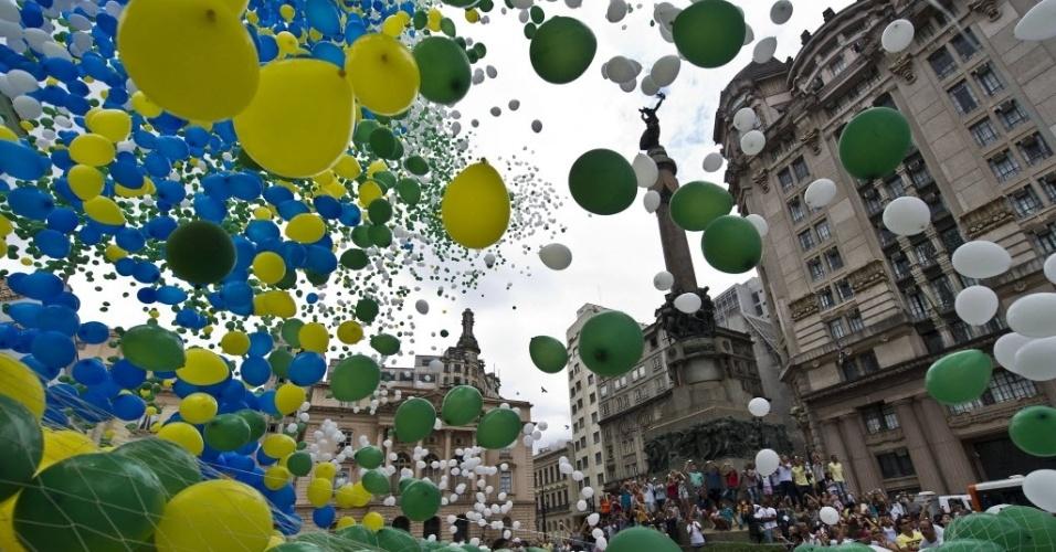 30.dez.2013 - Centenas de balões bio-degradáveis com as cores da bandeira do Brasil são soltos no Pátio do Colégio, na região central de São Paulo, para comemorar o Ano Novo