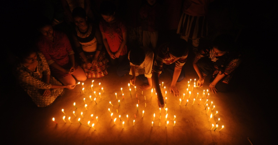 30.dez.2013 - Crianças indianas acendem velas para comemorar a chegada do Ano Novo, em Argatala