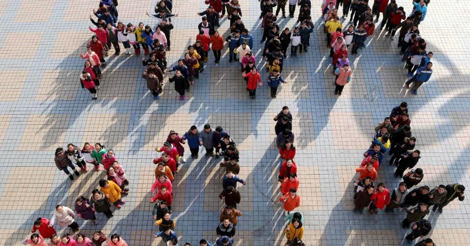 30.dez.2013 - Estudantes chineses formam as palavras 'Happy 2014' (Feliz 2014), em uma escola de Ma'anshan