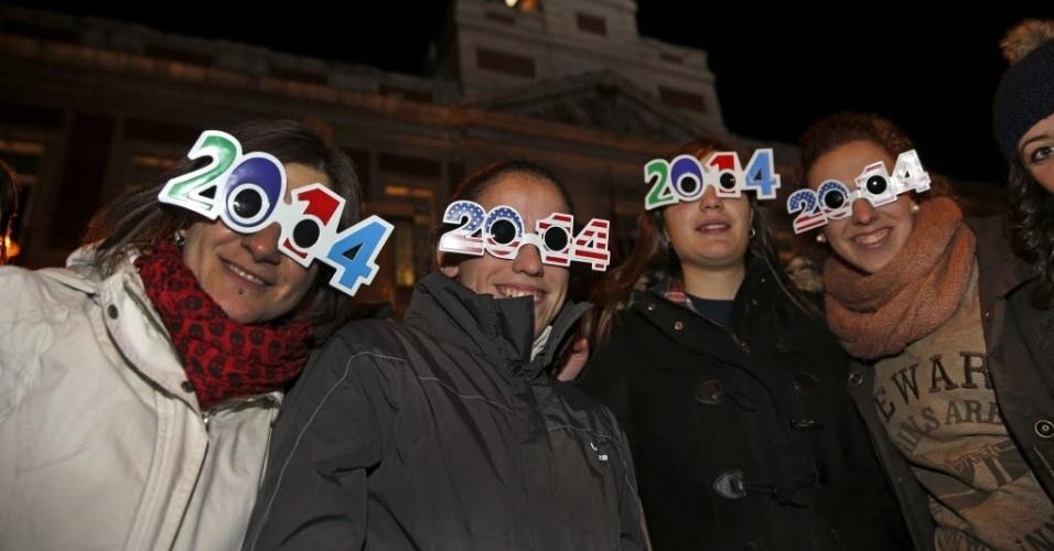 30.dez.2013 - Milhares de pessoas acompanham ensaio geral da celebração da chegada do Ano-Novo, nesta segunda-feira (30), na Puerta del Sol, em Madrid, Espanha