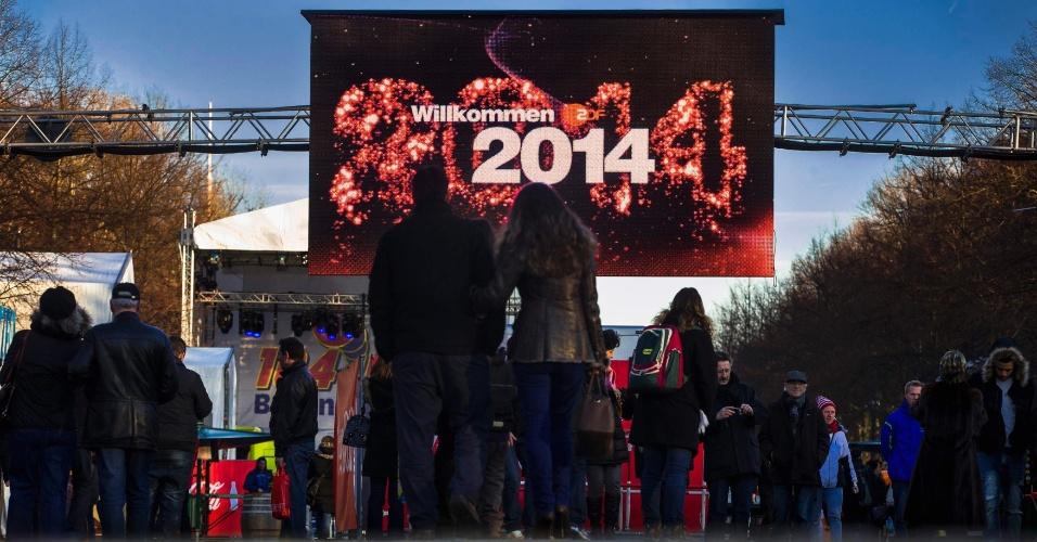 30.dez.2013 - Pessoas caminham pela rua 17 de Junho que abrigará as celebrações da chegada do novo ano, em Berlim, na Alemanha, nesta segunda-feira (30)