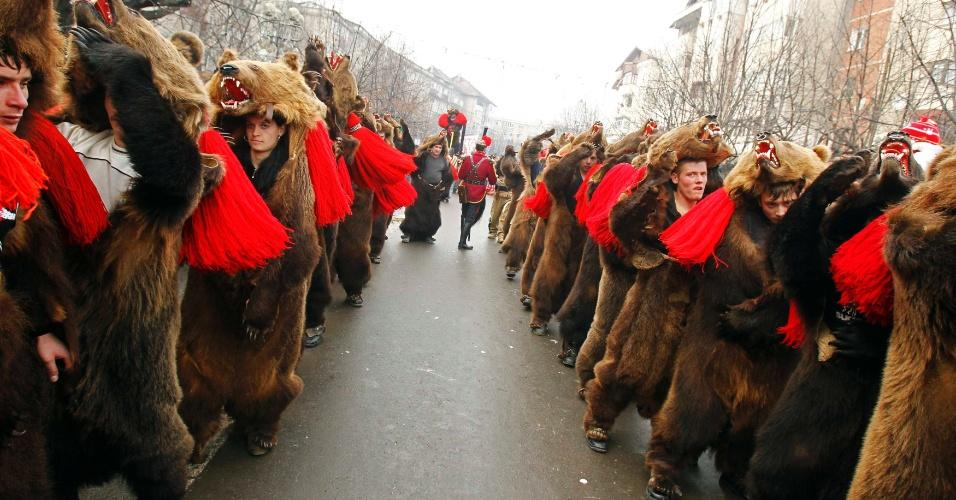 30.dez.2013 - Romenos vestindo fantasias de urso fazem a 'dança do urso', ritual para garantir boa sorte no Ano Novo, em Comanesti