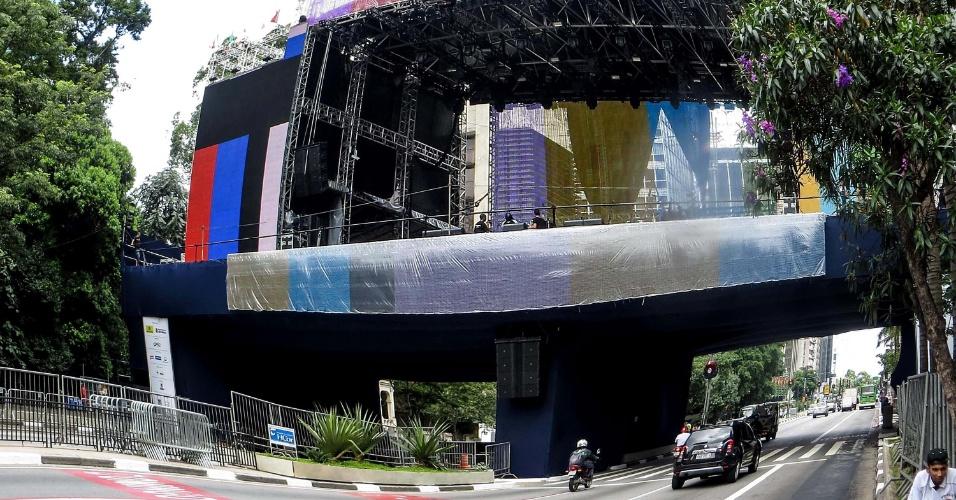 30.dez.2013 - Trabalhadores preparam o palco onde acontecerão os shows de Ano Novo na avenida Paulista, em São Paulo