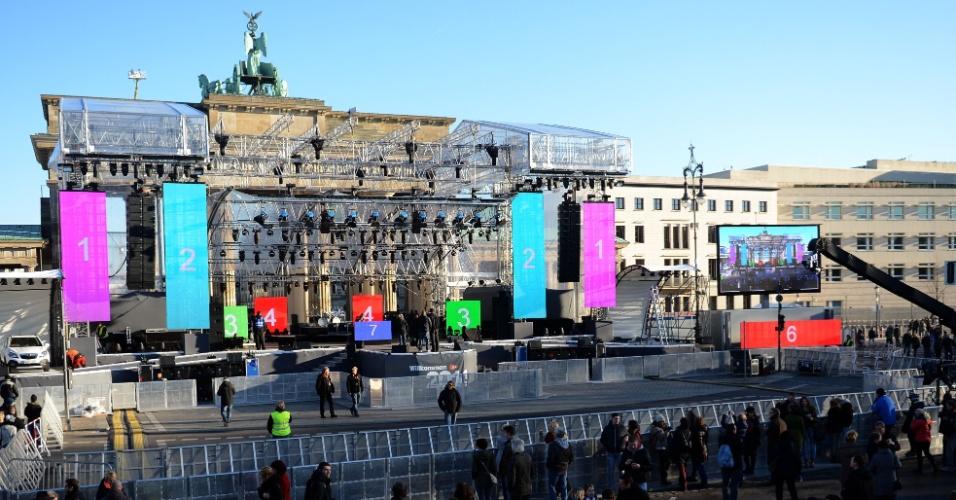 30.dez.2013 - Trabalhadores preparam o palco para as comemorações do Ano Novo no Portão de Brandemburgo, em Berlim. Mais de 750 mil pessoas são esperadas no local para as festas de reveillon