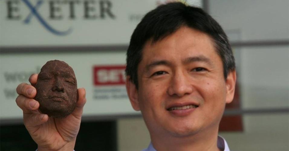 Liang Hao, fundador da Choc Edge, segura um rosto impresso em impressora 3D. A companhia britânica, que fabrica impressoras 3D de chocolate, aceita encomendas de usuários para imprimir rostos. O preço para imprimir a face de alguém varia entre 50 e 80 libras (entre R$ 194 e R$ 310, aproximadamente)