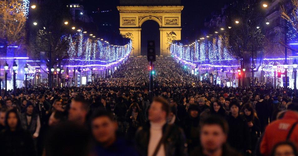 1º.jan.2014 - Multidão lota a avenida Champs-Elysees, em Paris, para celebrar o início de 2014
