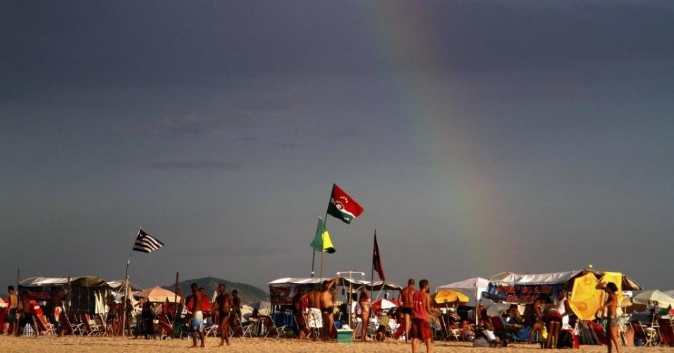 31.dez.2013 - Arco-íris se forma sobre a praia de Copacabana, na zona sul do Rio de Janeiro, onde acontece festa de Réveillon. Muitas pessoas acampam na areia para a tradicional queima de fogos, que este ano terá 16 minutos