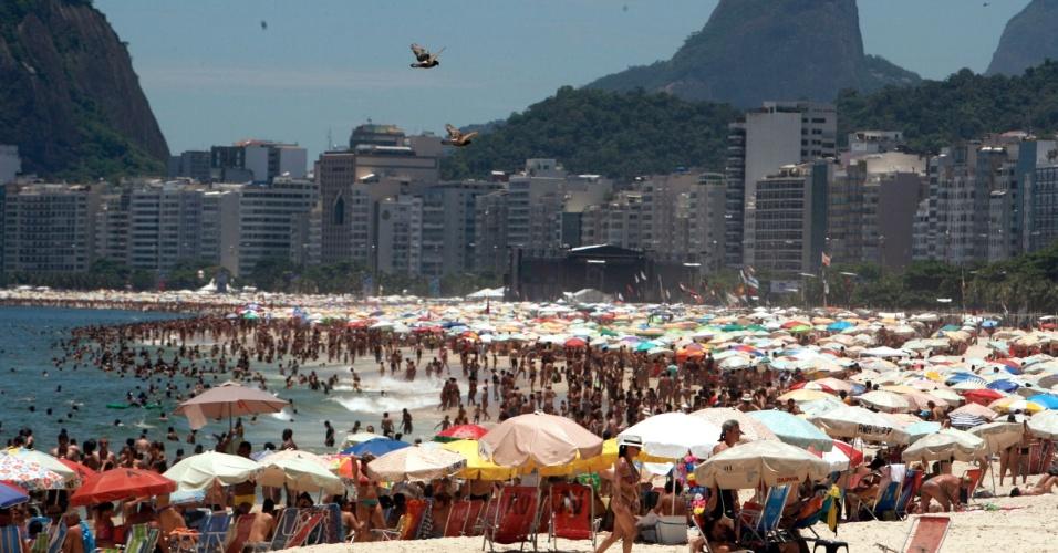 31.dez.2013 - Cariocas e turistas lotam a praia de Copacabana, na zona sul do Rio de Janeiro, onde acontecerá a tradicional queima de fogos do Réveillon 2014. Neste ano, o espetáculo pirotécnico terá um tempo médio de 16 minutos e 20 bandas dividirão os três palcos montados na orla de Copacabana