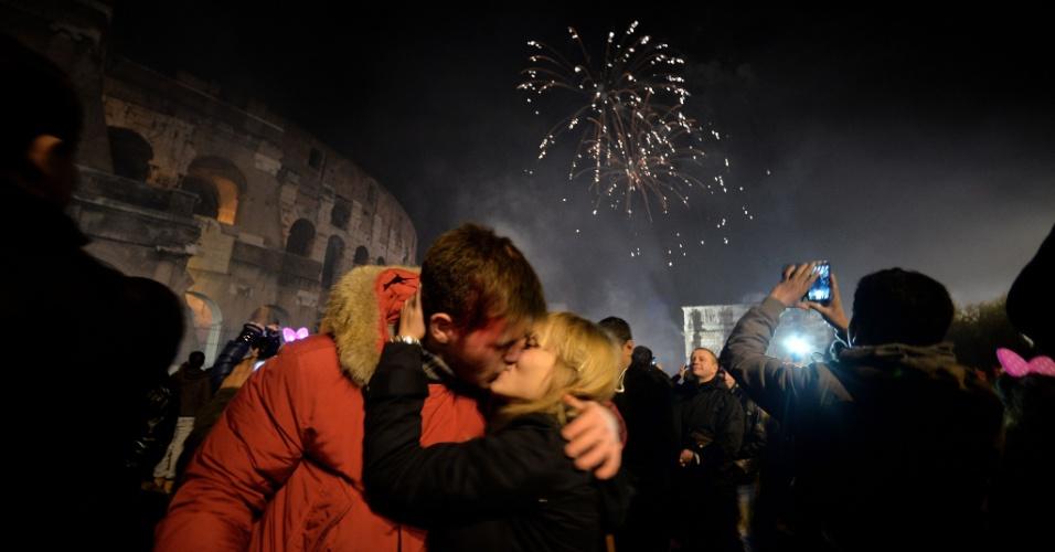 31.dez.2013 - Casal se beija para celebrar a chegada do Ano-Novo em frente ao Coliseu, em Roma, na Itália