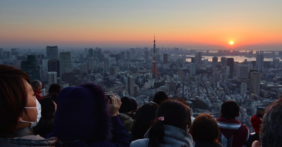 31.dez.2013 - Cerca de 200 pessoas assistem ao primeiro nascer do sol de 2014 na Baía de Tóquio, no Japão