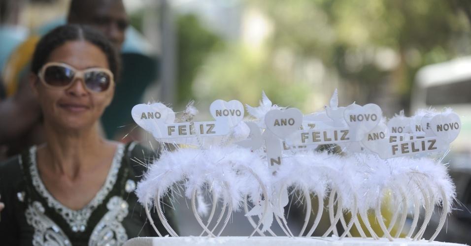 31.dez.2013 - Comerciante vende adornos durante os preparativos para a festa de Réveillon na praia de Copacabana, na zona sul do Rio de Janeiro, nesta terça-feira (31)