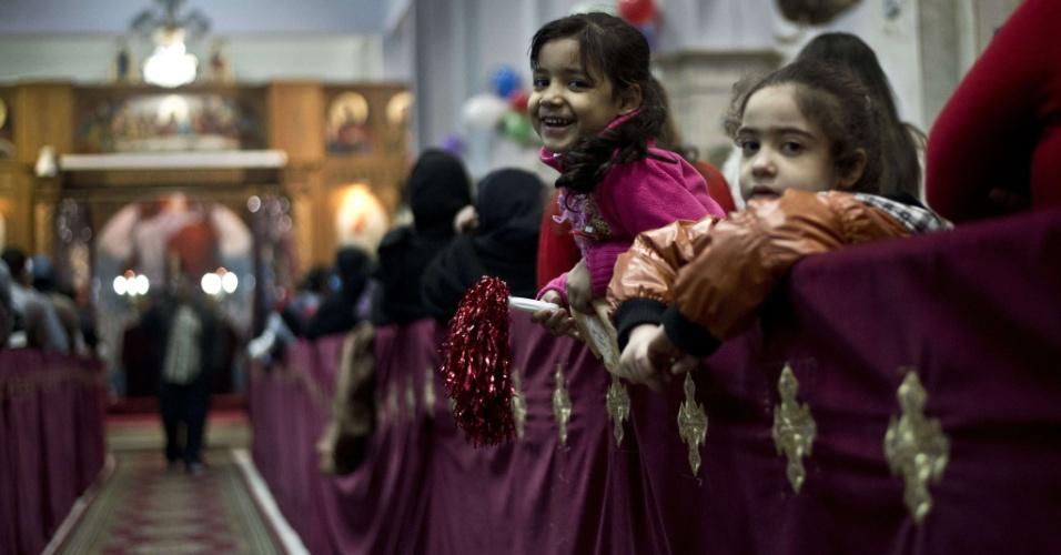 31.dez.2013 - Crianças egípcias cristãs participam de uma missa de Ano-Novo na Igreja da Virgem Maria, no bairro operário de Al-Warrak, no Cairo