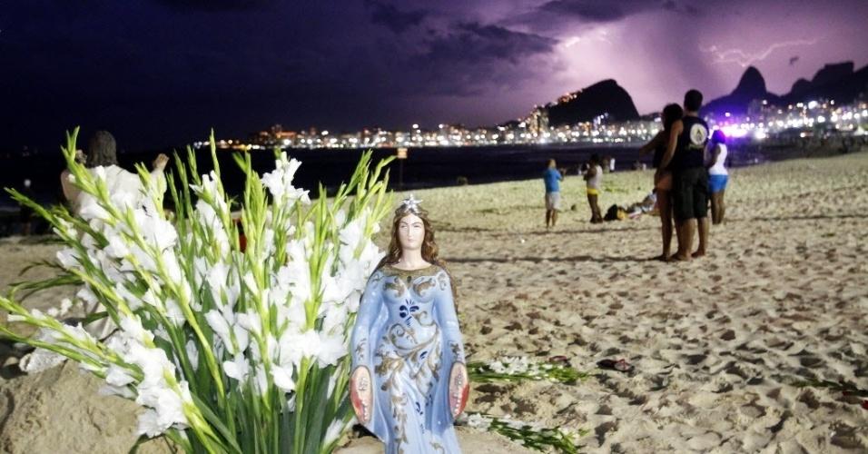 31.dez.2013 - Estátua de Iemanjá é colocada na praia de Copacabana, na zona sul do Rio de Janeiro, durante celebrações da chegada do novo ano, momentos anos da virada do ano