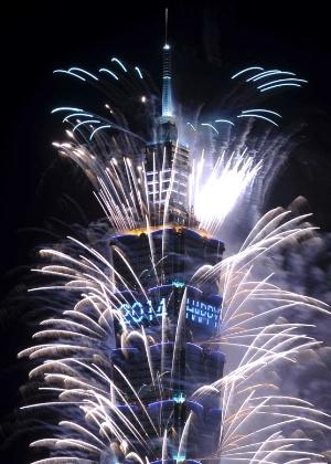 31.dez.2013 - Fogos de artifício explodem do maior arranha-céu de Taiwan, o Taipei 101, durante as celebrações da chegada do novo ano, em Taipei