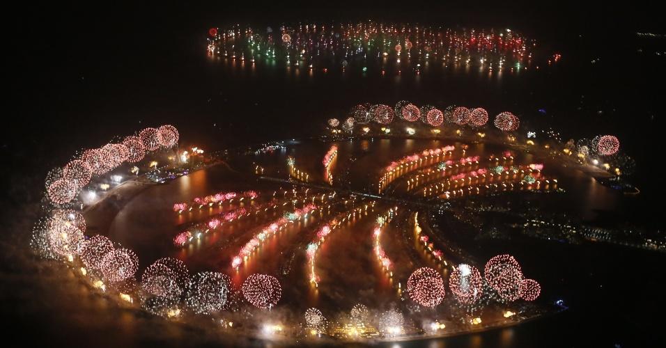 31.dez.2013 - Fogos de artifício explodem no céu de Palm Jumeirah, em Dubai, nos Emirados Árabes Unidos, para celebrar a chegada do novo ano