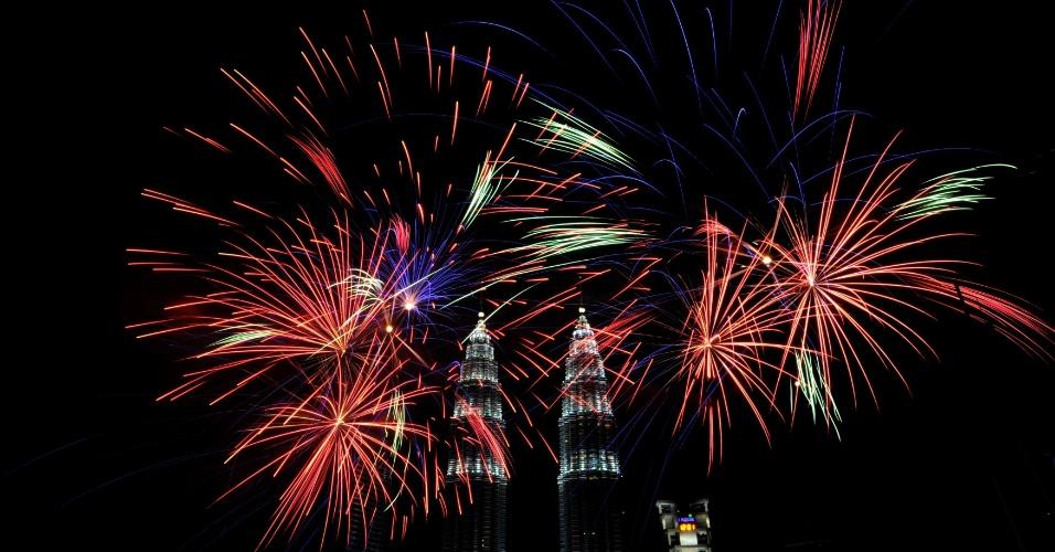 31.dez.2013 - Fogos de artifício explodem no céu próximo as torres gêmeas, consideradas um marco malaio, em Kuala Lumpur, durante a celebração da chegada do novo ano