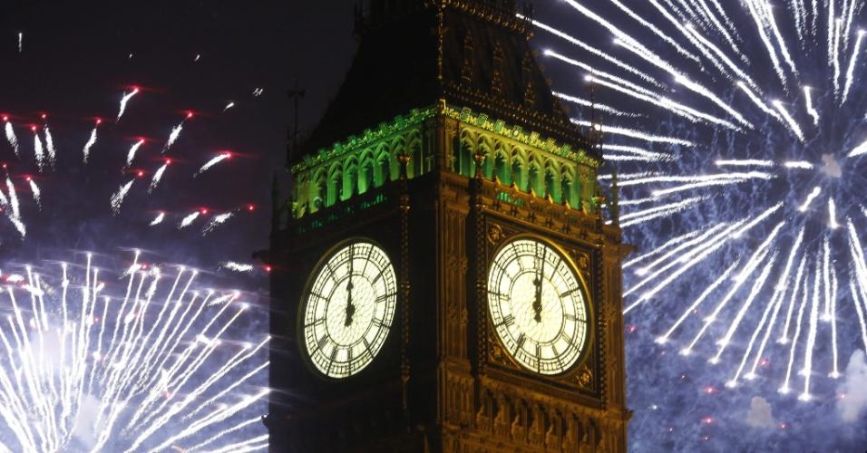 31.dez.2013 - Fogos de artifício explodem sobre o Big Bem e a Casa do Parlamento durante as celebrações da chegada do Ano-Novo, no centro de Londres, no Reino Unido