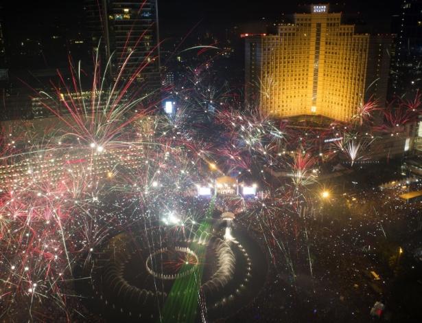 31.dez.2013 - Fogos de artifício explodem sobre o Hotel Indonesia Roundabout, em Jakarta, na Indonésia, para celebrar a chegada do Ano Novo