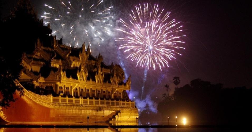 31.dez.2013 - Fogos de artifício iluminam o céu durante contagem regressiva para a chegada do Ano-Novo, em um edifício publico em Rangún, no Myanmar