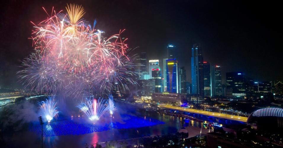 31.dez.2013 - Fogos de artifícios explodem no céu de Marina Bay, em Cingapura, durante as celebrações da chegada do novo ano