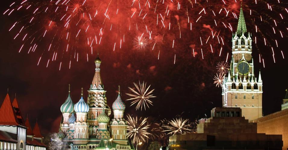 31.dez.2013 - Fogos de artifícios explodem no céu sobre a praça Vermelha, em Moscou, Rússia, celebrando a chegada do novo ano