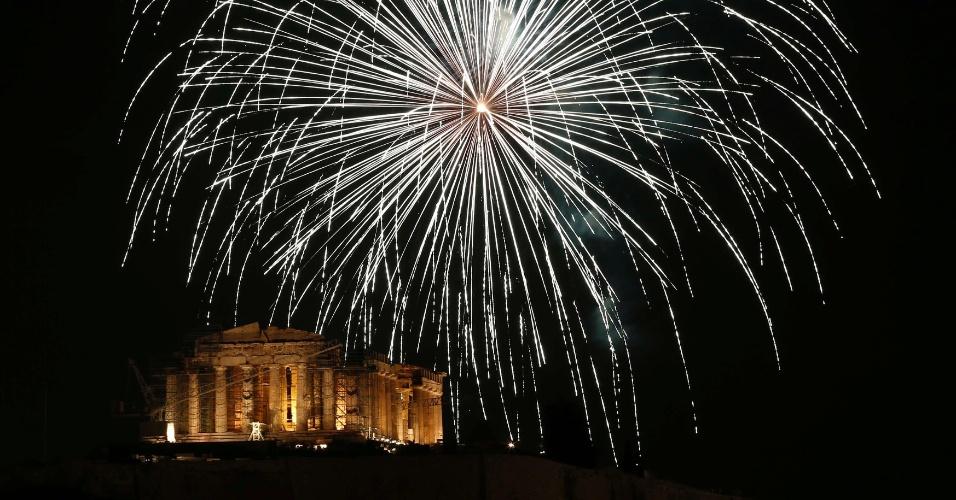 31.dez.2013 - Fogos de artifícios explodem sobre o antigo templo de Parthenon no topo da colina da Acrópole, na Grécia, durante as celebrações do Ano-Novo em Atenas