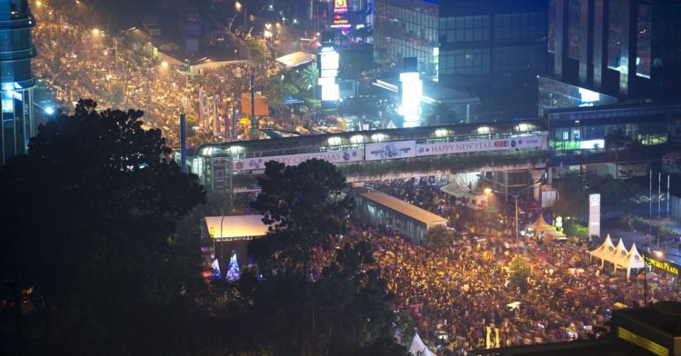 31.dez.2013 - Indonésios lotam a principal via de Jakarta, na área de negócios da capital da Indonésia, para celebrar a chegada do Ano Novo