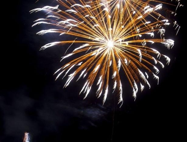 31.dez.2013 - Já é 2014 na Nova Zelândia. Fogos de artifício explodem para celebrar o Ano-Novo à beira-mar na cidade de Queenstown